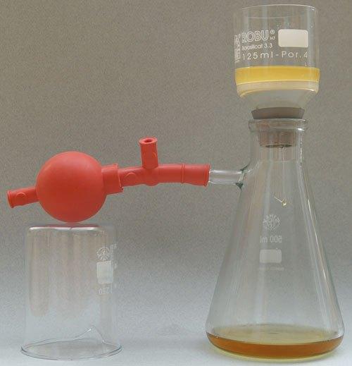 Nutsche mit Glasflasche, Gummikonus und Peleusball