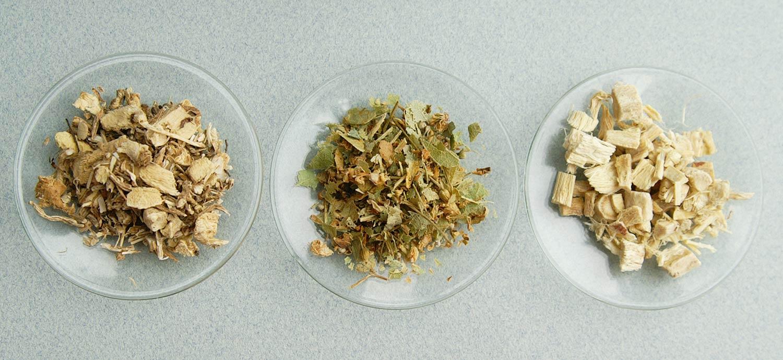 Getrocknete Kräuter (von links: Mäusedornwurzel, Lindenblüten, Süßholzwurzel