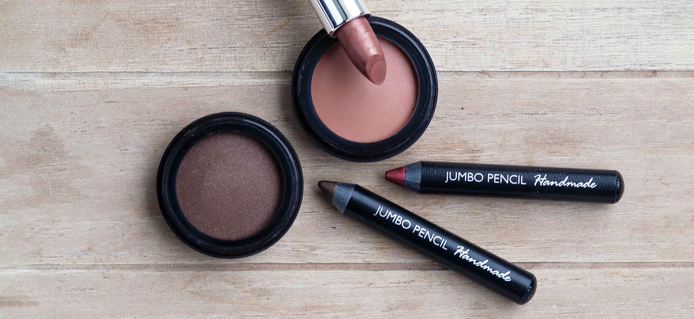 Lipliner und Eyeliner mit Eyeshadow, Blush und Lippenstift
