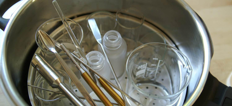 Zubehör im Dampfdrucktopf sterilisieren