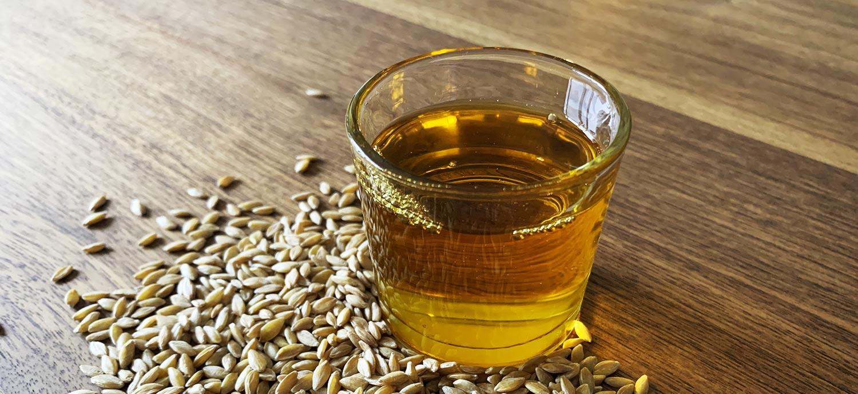 Natives Weizenkeimöl und Weizenkörner